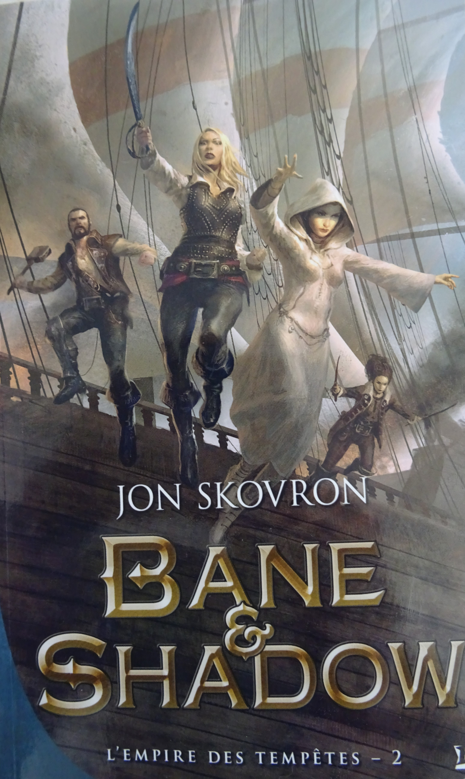 Séduit par le premier tome (HOPE&RED) cette deuxième partie de (L'EMPRISE DES TEMPETES) se montre particulièrement redoutable d'action et d'intensité. oscillant entre la piraterie (l'ombre de pirates des caraïbes plane sur le roman) la fantasy, l'horreur (l'attaque du bateau de RED par les requins lutins est un véritable massacre) est remarquable de réalisme. s'ajoute à cela, la magie, des personnages charismatiques, des combats titanesques (la formidable bataille épique sur plus de 30 pages du chapitre 27) réussi à achever le lecteur et justifie pleinement l'achat du roman. et, bien sur, on en redemande. une suite qui prend en haleine du début à la fin. j'ai vraiment apprécié cette nouvelle aventure de JON SKOVRON un véritable coup de cœur pour ce tome, à tel point, qu'il constitue l'une des plus grandes surprises et une des plus intéressantes lectures de cette année. pour conclure, eh bien, vivement la suite.