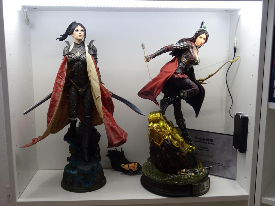 Sur les photos, elle est représentée avec l'épée mais, j'ai préféré lui mettre la main avec la flèche, plutôt que l'épée. Beaucoup plus réaliste avec la main gauche tenant l'arc!!