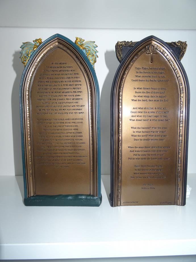 Le derrière des statues est gravé d'un texte issu de 2 poètes ( WILLIAM BLAKE ET WALT WHITMAN).