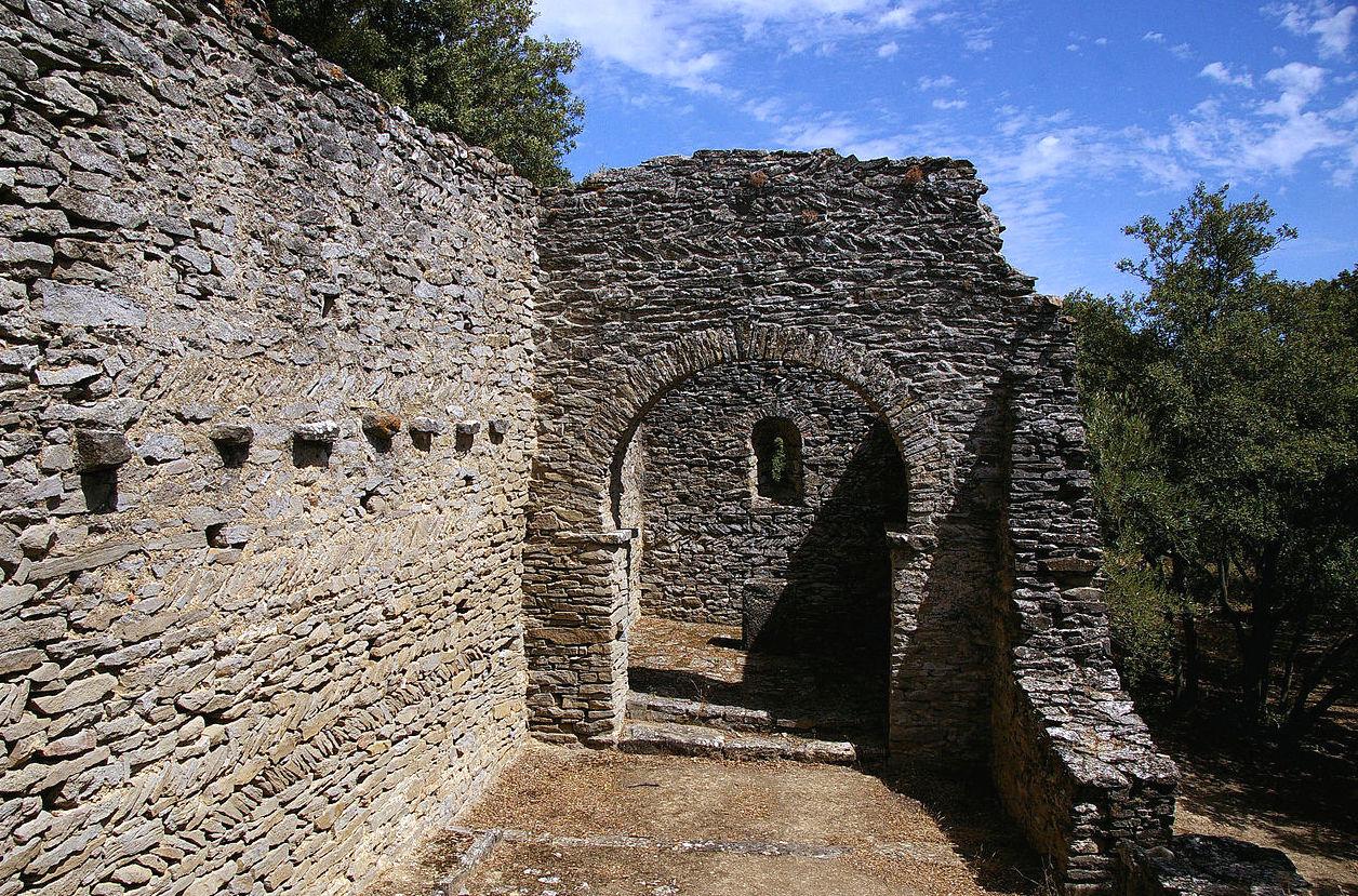 1280px-VILLARZEL-CABARDES_(Aude)_-_Chapelle_préromane_Notre-Dame-de-la-Lauze.jpg
