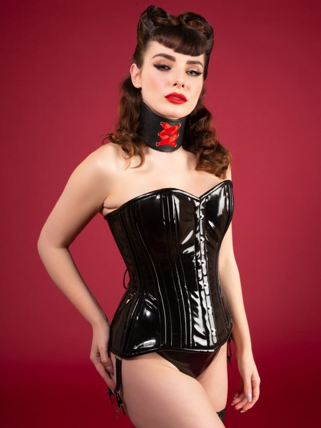 en corset en mode contre la prostitution, le combat quotidien en tenue burelesque PVC