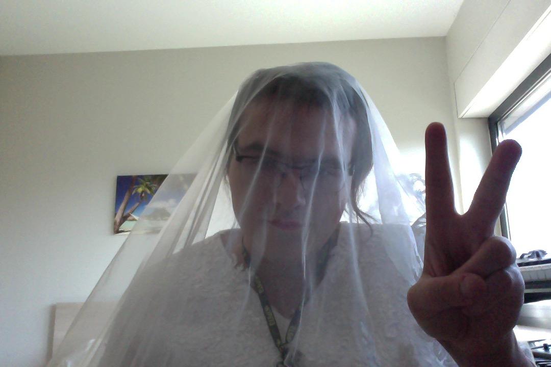 moi même autant que transgenre, même en robe de mariée je resterais toujours le boss du site autant que afficionados des robes de mariée, ça fait un peu strange la webmistress en mariée