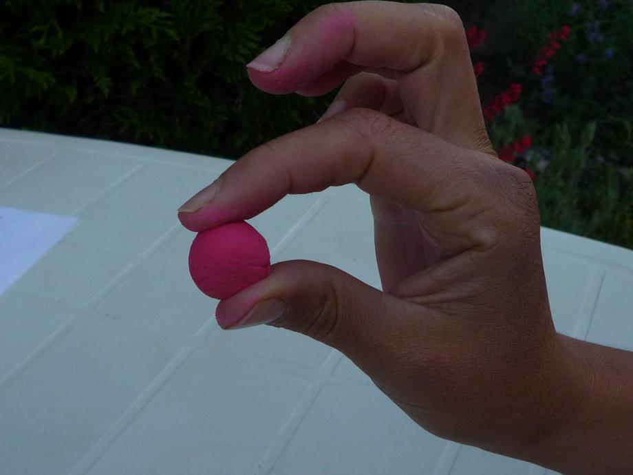 1-L'écrase-boulette: prendre une petite boule de pâte entre deux doigts (le pouce et l'index puis le pouce et le majeur...)...