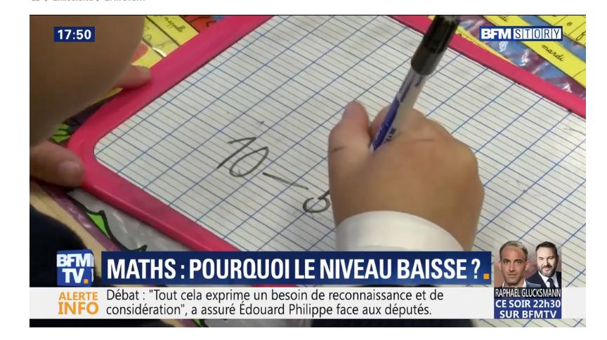 Le stylo est tenu verticalement et les doigts ne bougent pas.