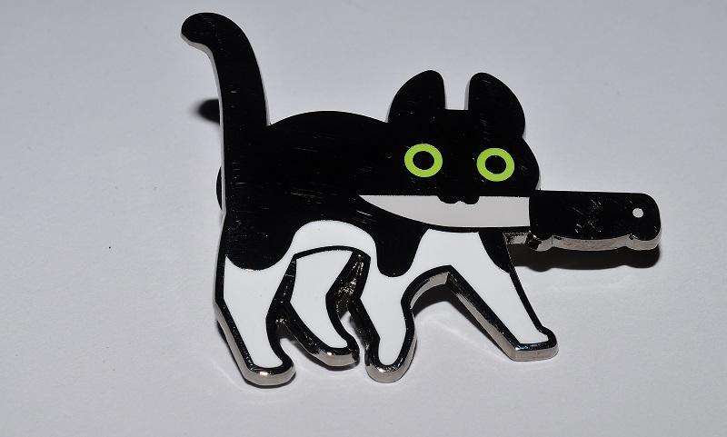 06 - Tux  Attention : le dos du chat n'est pas noir comme le laisse penser la photo, mais poli miroir !