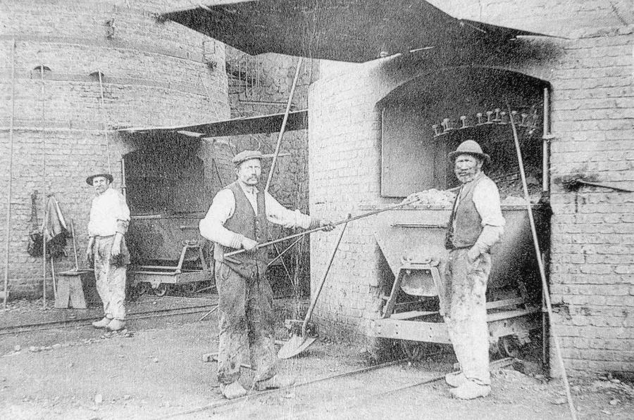 Sortie des fours niveau 3: extraction du minerai des fours et déversé dans des wagonnets.