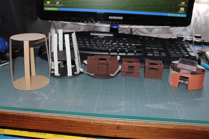 les différents essais de montage, le dernier à droite est celui que j'ai choisi avec la base du four déjà posée.