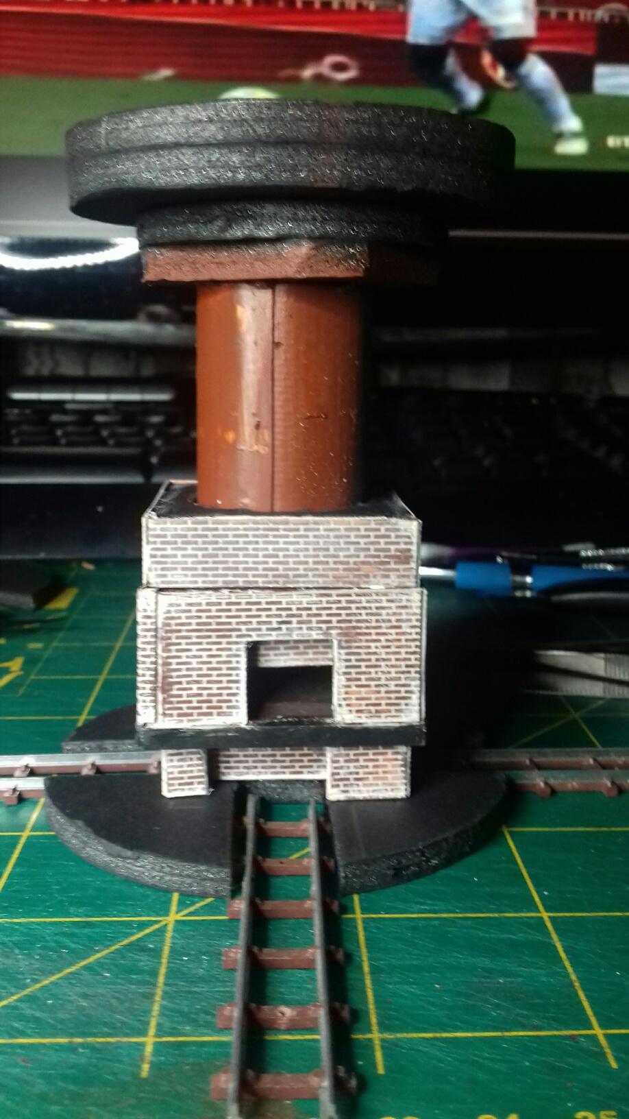 le foyer en brique avec la cheminée et la base de la plate-forme servant à réceptionner les wagonnets pour le déversoir dans la gueule du four.