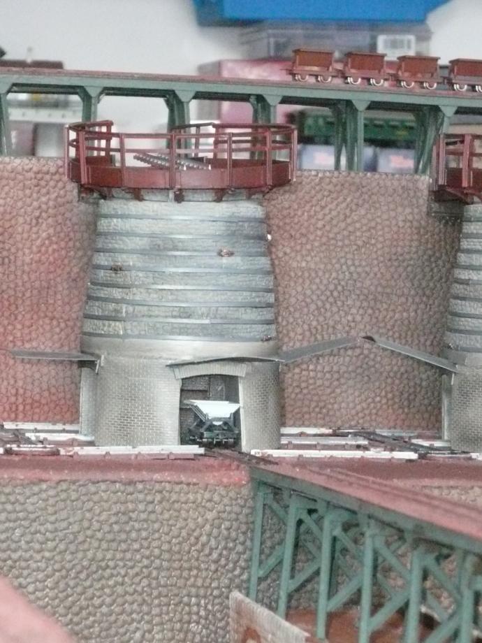 Vue sur les deux murs de soutènement niveau 1 et 2 après peinture et patine.