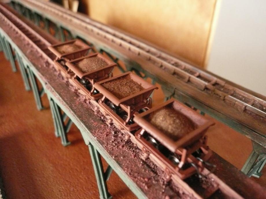 Gros plan sur une passerelles terminées avec résidu de minerai de fer au sol.