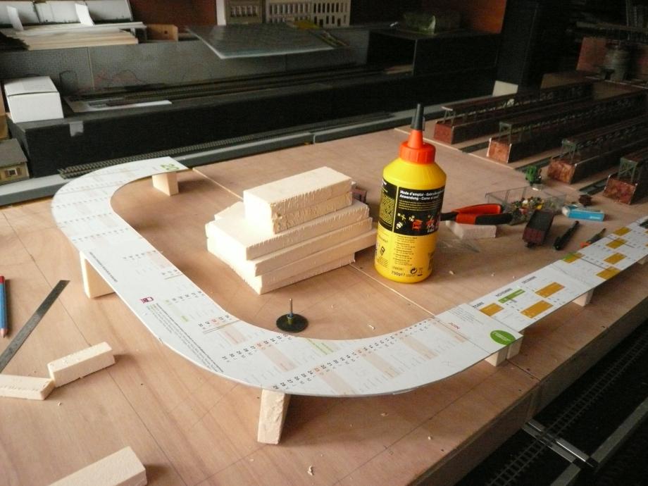 La partie la plus haute de la butte qui sera constitué d'un pont, avant la descente vers l'autre extrémité de la maquette.