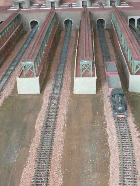 Mise en peinture du terrain et pose du ballast voie normale.