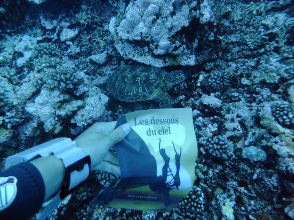 Lecture sous-marine en Polynésie, merci Mélina.