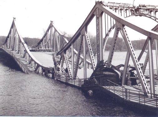Pont  glienicke en 1945.jpg