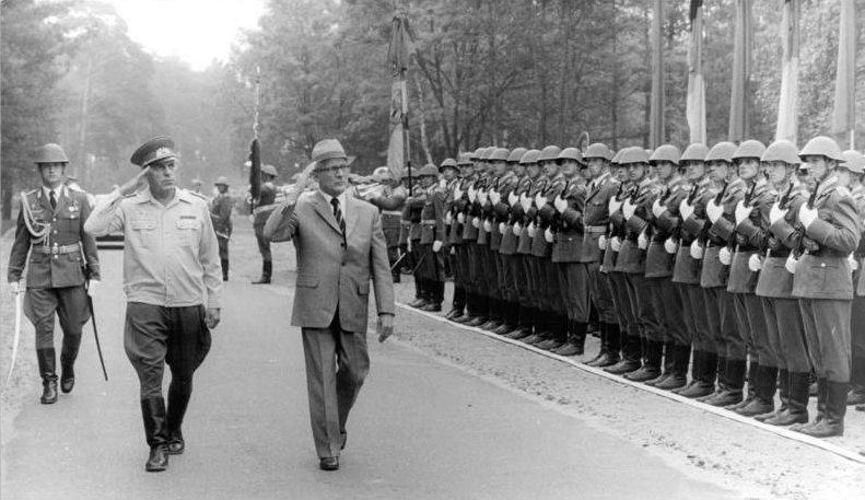 Bundesarchiv_Bild_183-1984-0621-025_DDR_NVA-Truppenbesuch_Honecker.jpg