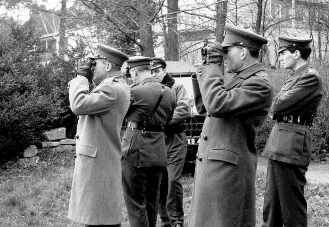 Firebar 3- officiers anglais observant..jpg