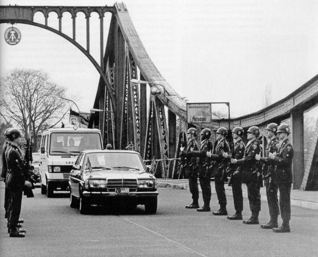 Convoi mortuaire et honneur aux armes sur le pont de Glienicke (des espions), après l'agression mortelle
