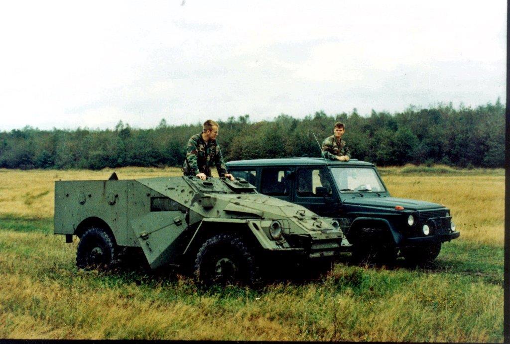 Un BTR40 et une VGL de l'USMLM sur un terrain NVA