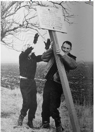 Pancarte sur son poteau, descellement du poteau