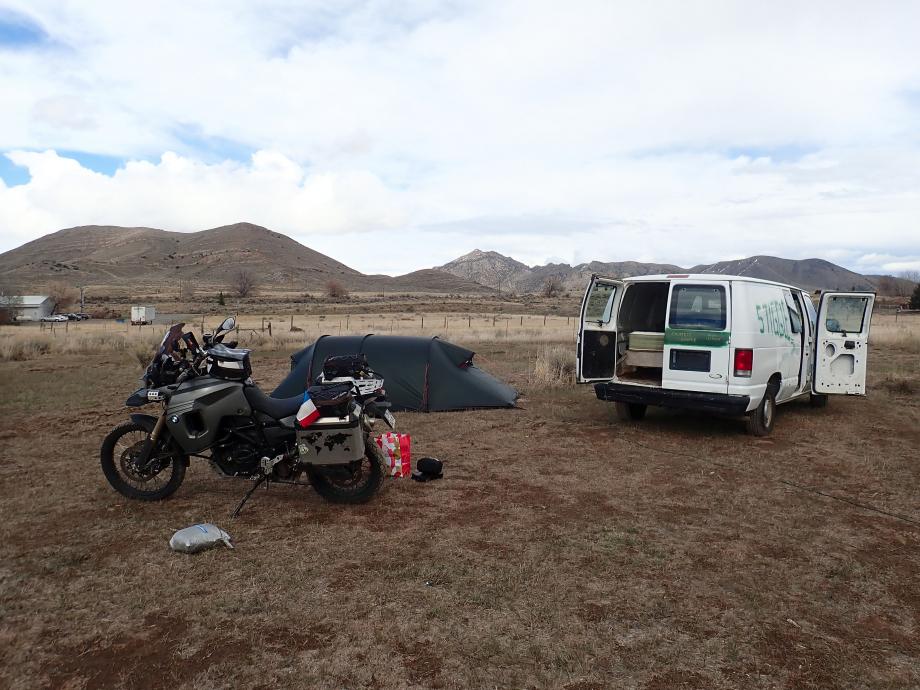 Camping libre de luxe à Arco dans l'Idaho (près de Moon Crater) avec électricité, wifi, douche et un vrai lit dans un van (la tente est montée pour séchage de l'orage de la nuit précédente). 43°37'41,69