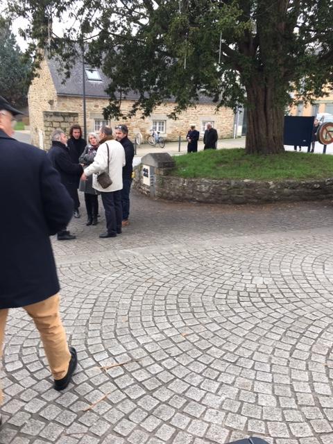 Au fond l'amiral Dominique SALLES arrivent avec son épouse ...