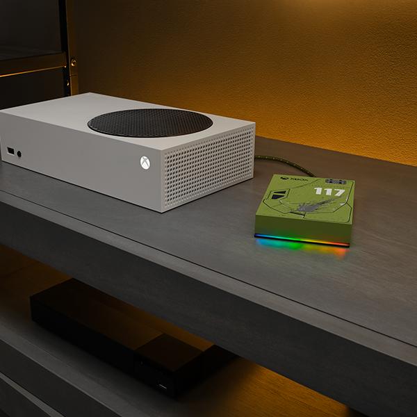game-drive-for-xbox-halo-5tb-livingroomcloseup-rainbowled-7_l