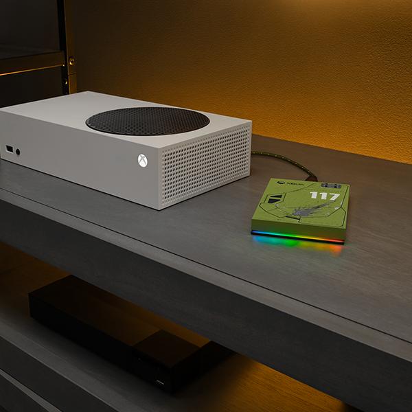 Halo_Game-Drive-for-Xbox-2TB_LivingRoomCloseUp_RainbowLED_600x600_l