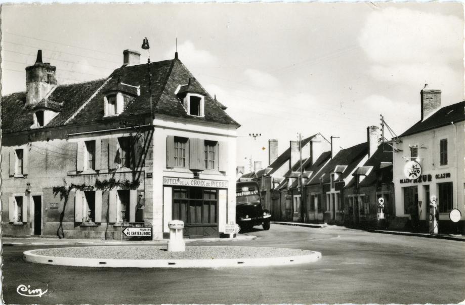La croix-de-Pierre avec, en arrière-plan la route d'Issoudun et le garage PLASSON !  (Carte-postale - Coll. Francis Gaillard)