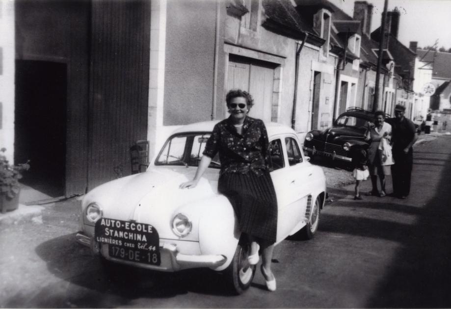 Jeanne STANCHINA devant chez elle, route d'Issoudun - En fond, son ouvrier, René LEJOT, Mme Raymonde MARTINAT et sa fille Marinette Vers 1961 Coll. Romain PERSONNAT