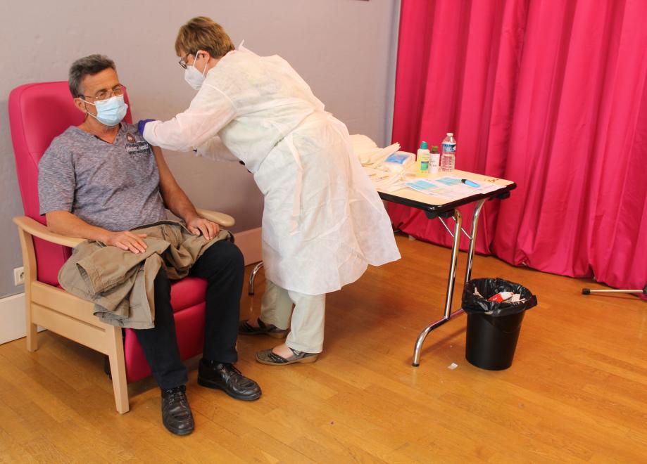 Le 05/06/2021, Yves PIOTE vacciné à la mairie de Lignières par Roselyne ÉTAVE - © Romain PERSONNAT