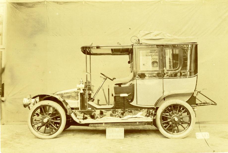 Limousine RENAULT Type V acquise par le Comte Charles de BOURBON en 1907. Depuis 1999, cette voiture fait partie des collections du musée national de la voiture à Compiègne.  Les portières sont discrètement ornées des armoiries de la famille et une plaque