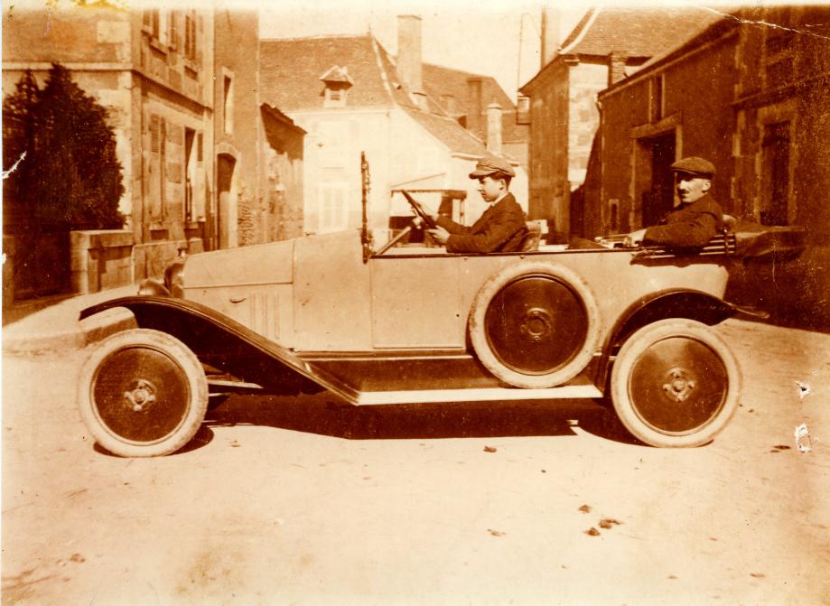 René PERRAULT au volant et son père Marcel.  Coll. Jeannette NONET