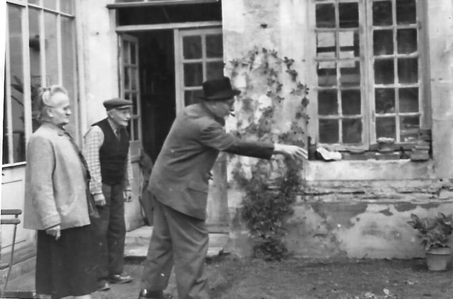 M. et Mme ZANOTTE (à gauche) lors d'une partie de pétanque avec leur frère et beau-frère le Dr FOULATIER. Coll. Geneviève BACQUET