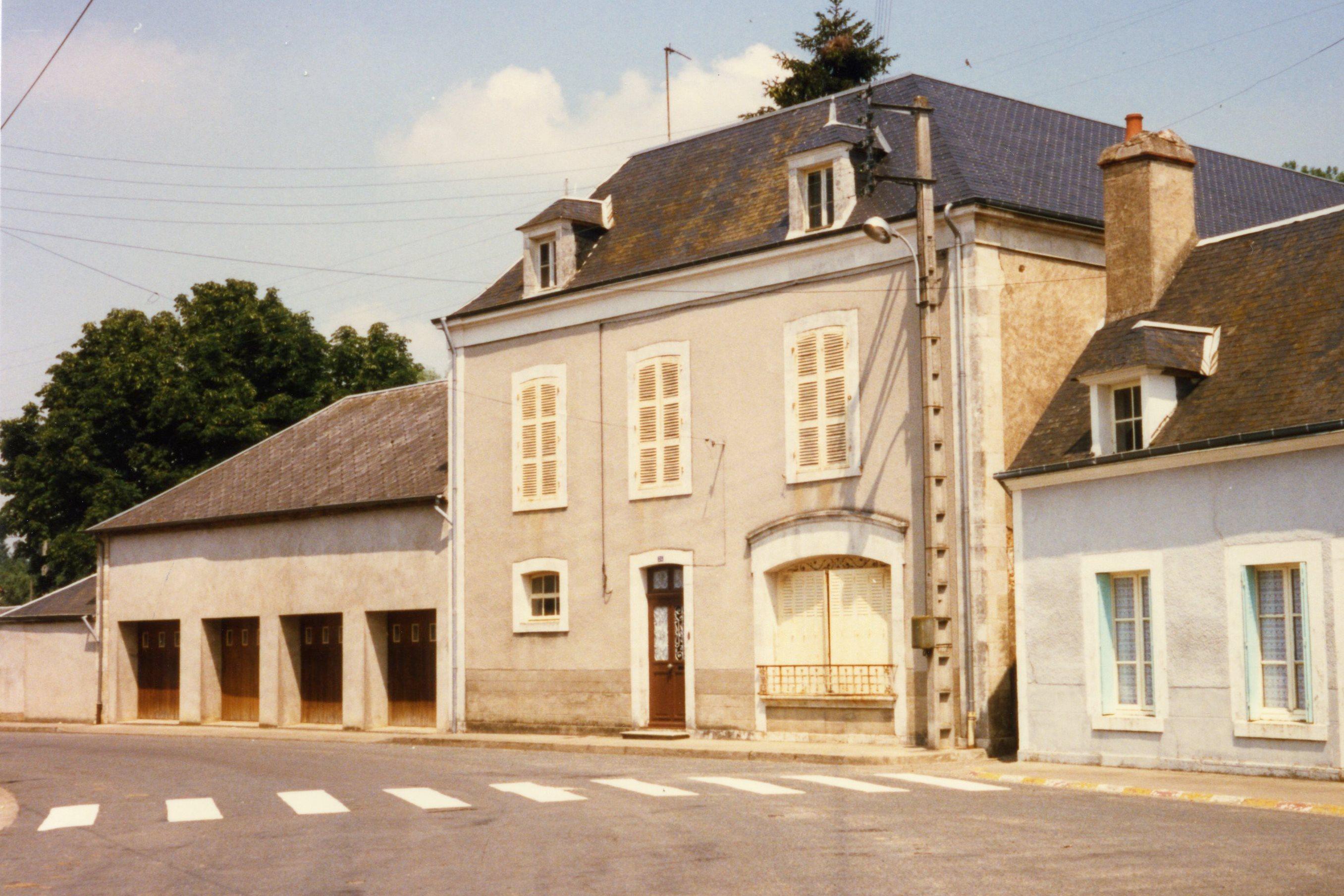 La maison ZANOTTE, photographiée le 05/07/1987 par Claude ROGER. A gauche, les quatre garages sont construits à l'emplacement de l'ancienne filature, incendiée en 1965.