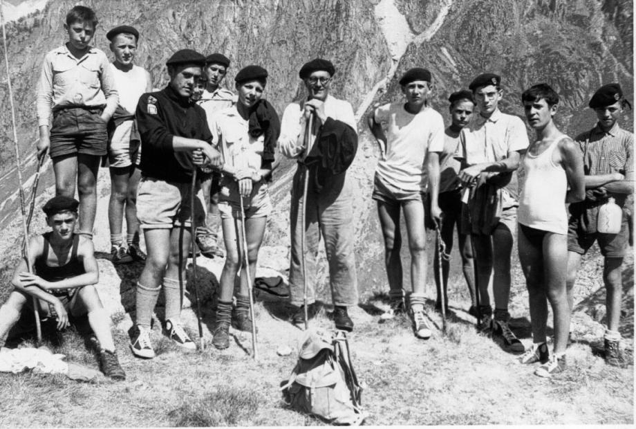L'Abbé SÉVEAU et ses scouts...nous comptons pour vous pour légender cette photo ??? Lieu ? Noms ?...LAPORTE, CHÉDEAU, THIDET,... (Coll. Jean-Pierre CHÉDEAU)