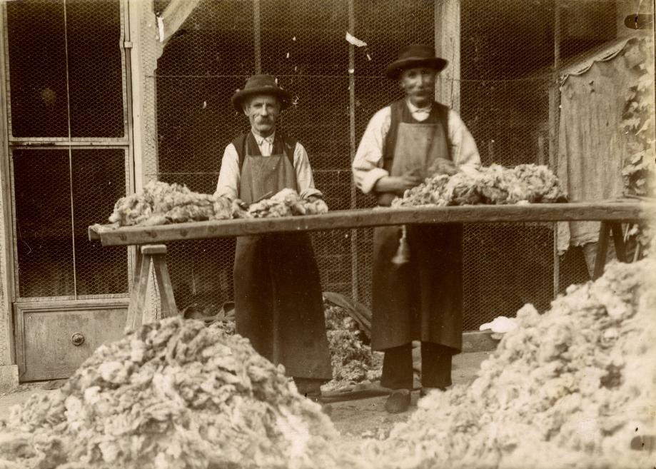 Les deux fidèles ouvriers de la filature : Jean BOUTET et Jean GONIN Juillet 1911 - Le triage des laines Coll. Gérard CHARASSON