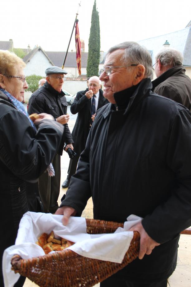 Sur le parvis, distribution du pain-bénit par Maurice RIBAUDEAU !