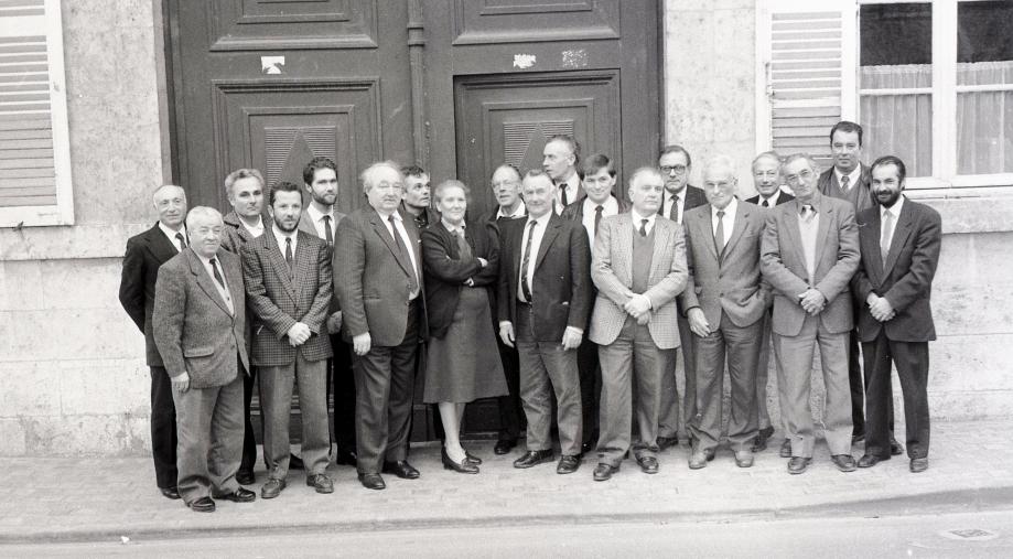 Le conseil municipal constitué en 1989 avec de gauche à droite : René DEHAYS - Jean BIALET - Jean-Robert BOUÉ - Éric GUELLE - Denis VERVIN - Marcel GOURLIER (maire) - Claude HÉRAULT - Madeleine GASAU - Maurice WISSOCQ - René HALLER - Jean-Paul MONSEAU - Daniel DÉTHARET - Pierre ROUMET - Roger PINAUD - Lucien PARILLAUD - Bernard BOUQUINAU - Maxime THIAIS - Richard WEYNANTS - Michel TULLIEZ. © Paulette RENAUD