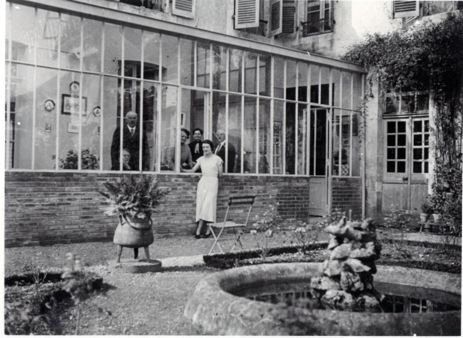 La famille pose devant la nouvelle véranda, réalisée en 1935 par l'entreprise TAUPAT.