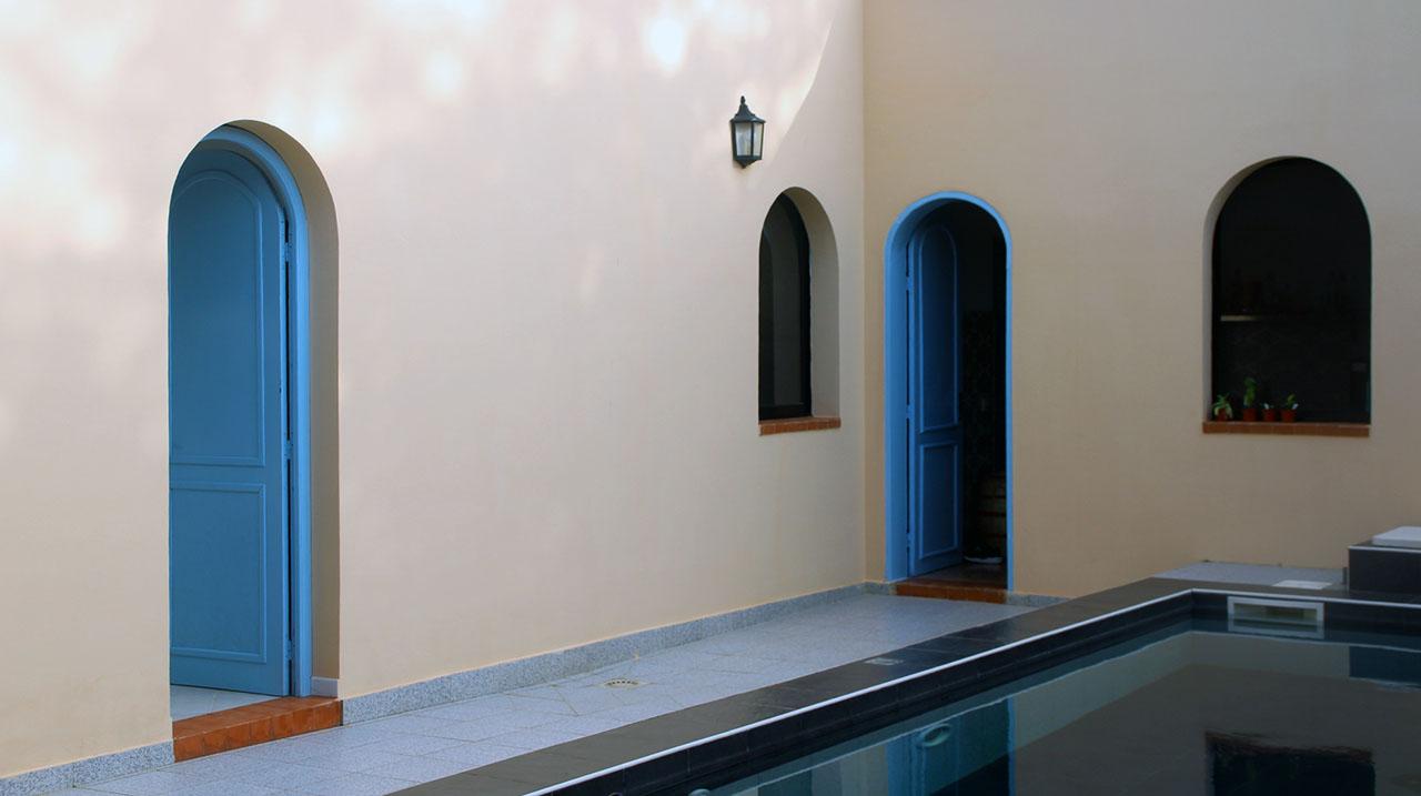 Entrée des chambre face à la piscine