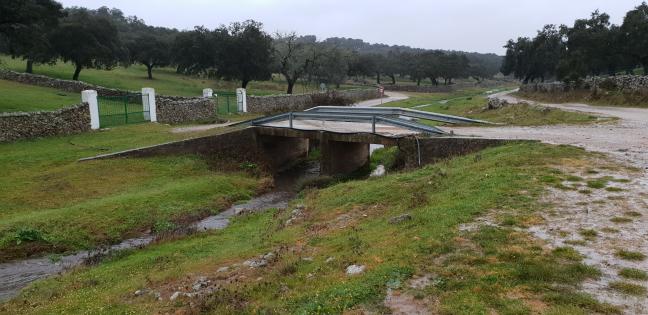 Ouf il y a un pont, même pas beau, pas besoin de se mouiller les pieds pour passer le gué
