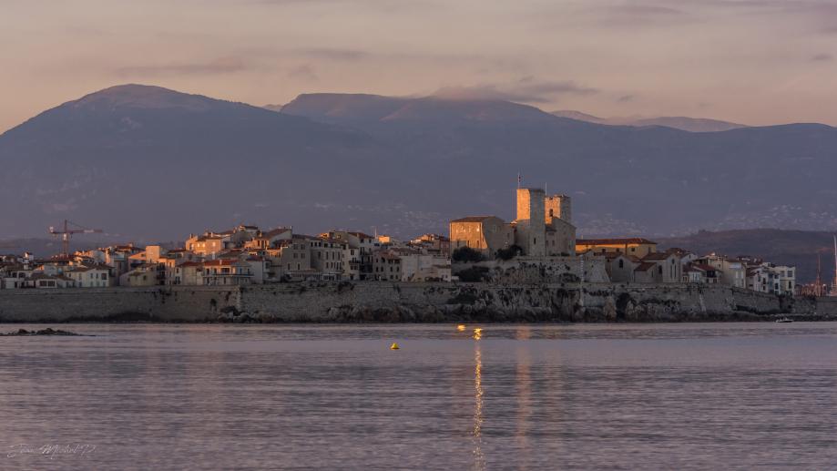 Antibes au coucher du soleil (juste avant le lever de lune ...)