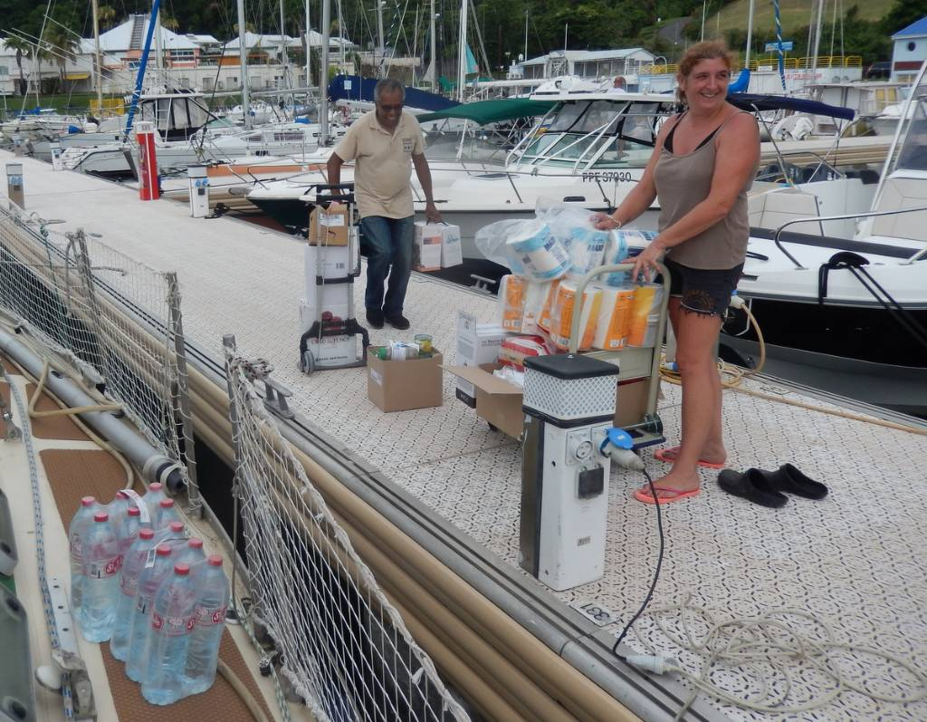 Mireille participe à l'embarquement des denrées alimentaires