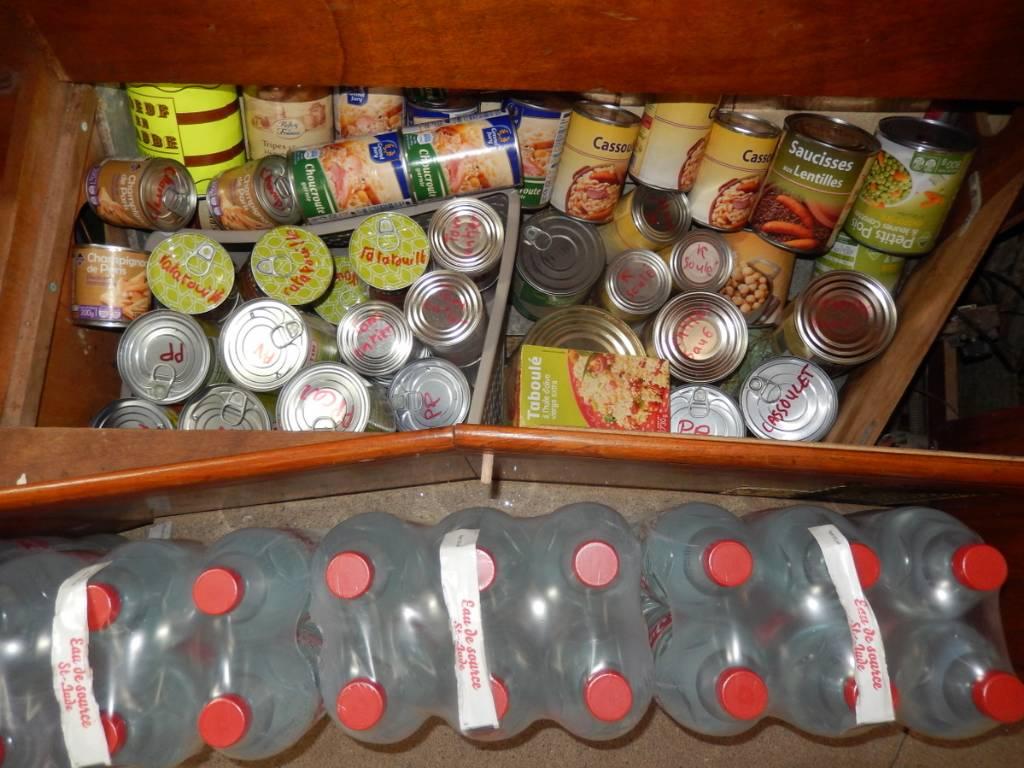 Une liste précise des denrées alimentaires a été établie, les boîtes marquées, l'ensemble de l'avitaillement réparti dans tout le bateau, afin d'assurer le meilleur équilibre