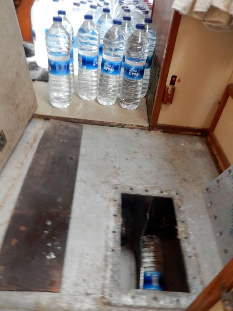 Les réservoirs d'eau ont été vidés pour stocker une partie des 420 litres d'eau en bouteille embarqués