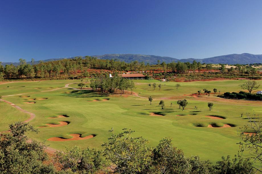 Morgado-Golf-Country-Club-Portimao-Portugal-Vue-ensemnle-parcours-club-house-montagne1