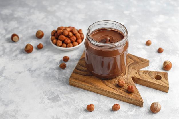 pate-tartiner-au-chocolat-creme-nougat-aux-noisettes-dans-bocal-verre-du-beton-fond_114579-4684.jpg