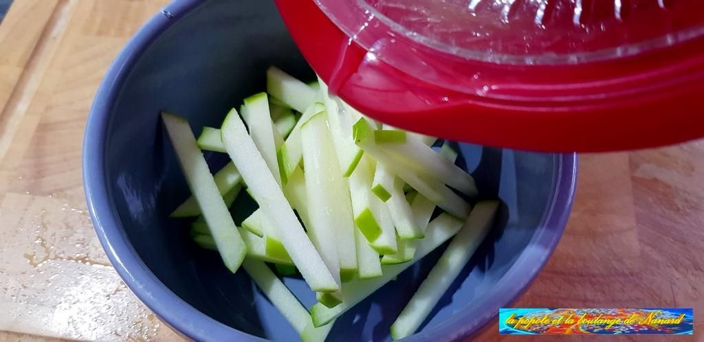 Citronner les bâtonnets de pomme pour éviter qu\\\'ils ne noircissent
