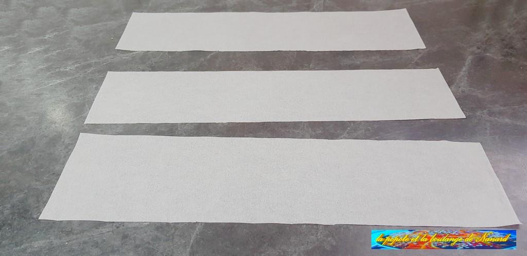 Découper 3 morceaux de papier sulfurisé de la longueur des baguettes sur 10 cm de large