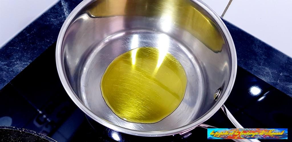 Faire chauffer deux cuillères à soupe d\\\'huile d\\\'olive dans une casserole
